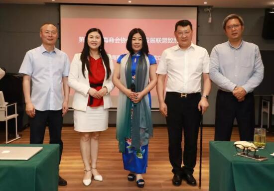 第八届商协会抱团发展联盟致胜 上海商会之家主席团 仇静坚与金融产业联盟.jpg